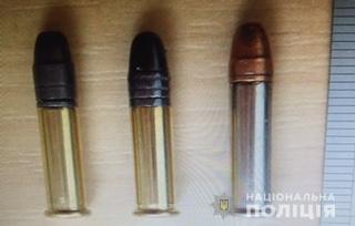 Поліція Мукачева затримала чоловіка, який торгував боєприпасами
