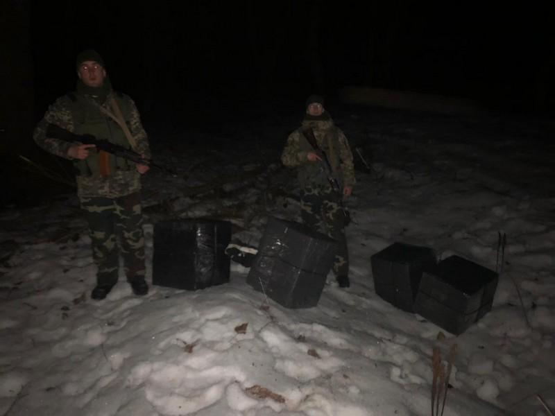 На Закарпатті поблизу річки Тиси знайшли 23 ящики сигарет