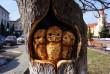 У старому дереві у Тячеві майстер вирізьбив совину родину