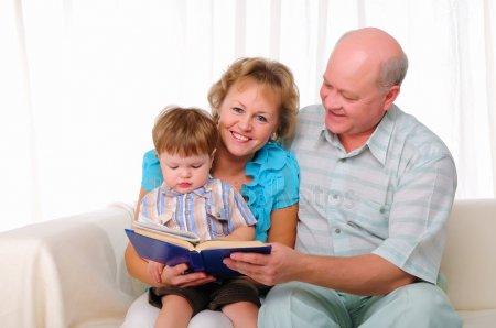 Українським бабусям та дідусям держава платитиме за доглядання онуків