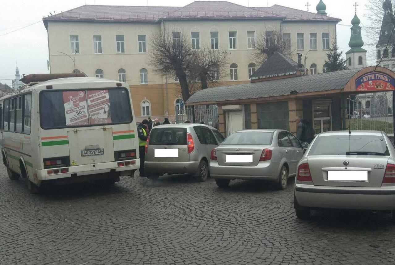"""У Мукачеві штрафують """"водіїв-оленів"""", які паркуються у заборонених місцях"""