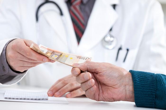 У Рахові лікар вимагав хабар від родини хворої жінки, – соцмережі