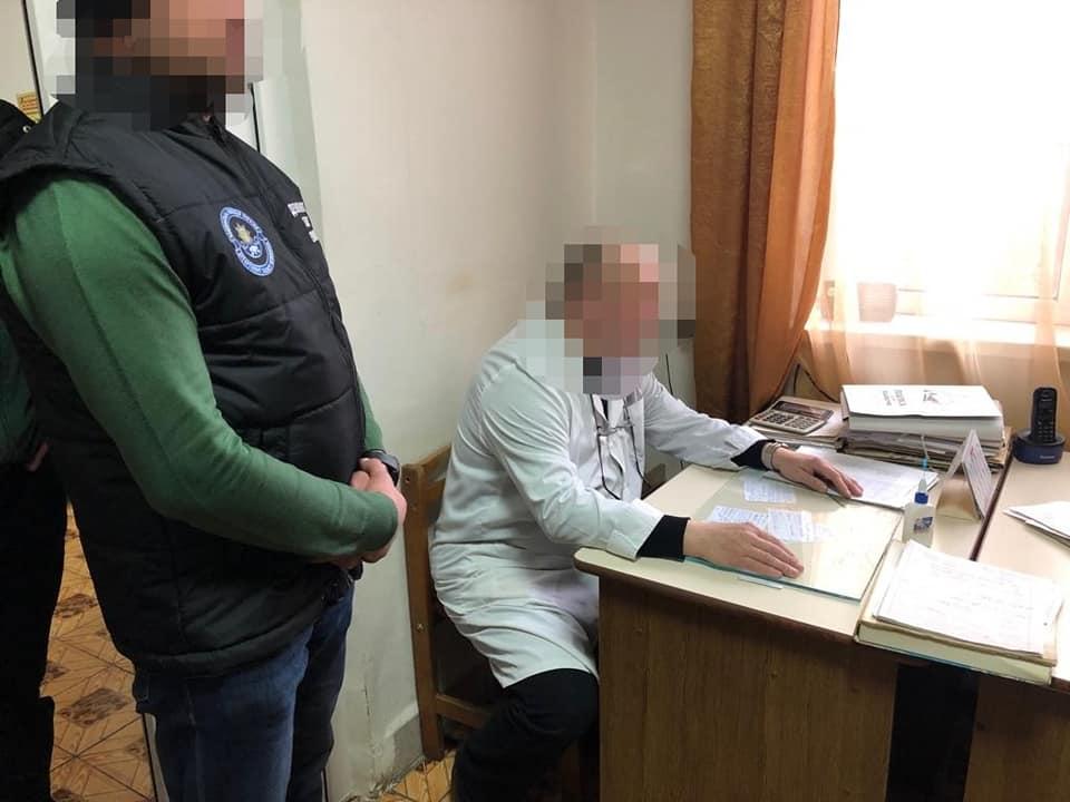 При отриманні хабара затримано завідуючого реанімаційного відділу Рахівської ЦРЛ
