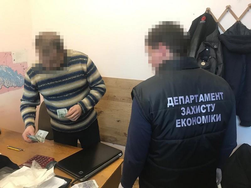 В Ужгороді експерт-криміналіст вимагав від закарпатця хабар