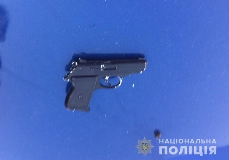 Мукачівець розгулював вулицями Верхнього Коропця із пістолетом у кишені