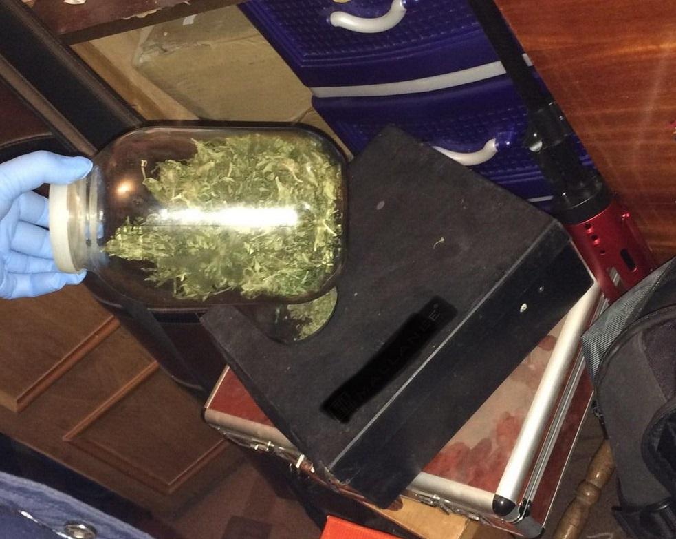 У селищі Чинадієво, що на Мукачівщині, чоловік зберігав марихуану у трилітровій банці