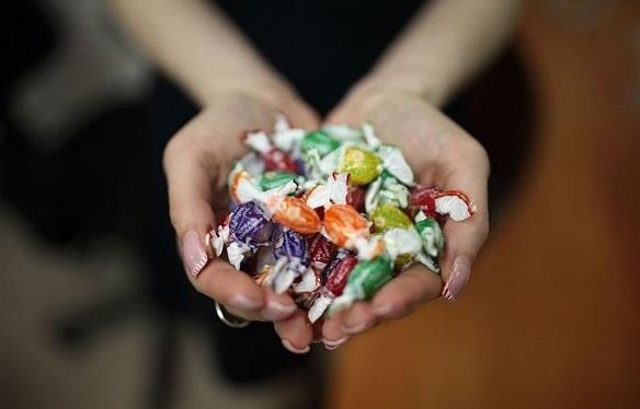 У Мукачеві батьки школярів поширюють інформацію про те, що дітям пропонують солодощі із наркотиками