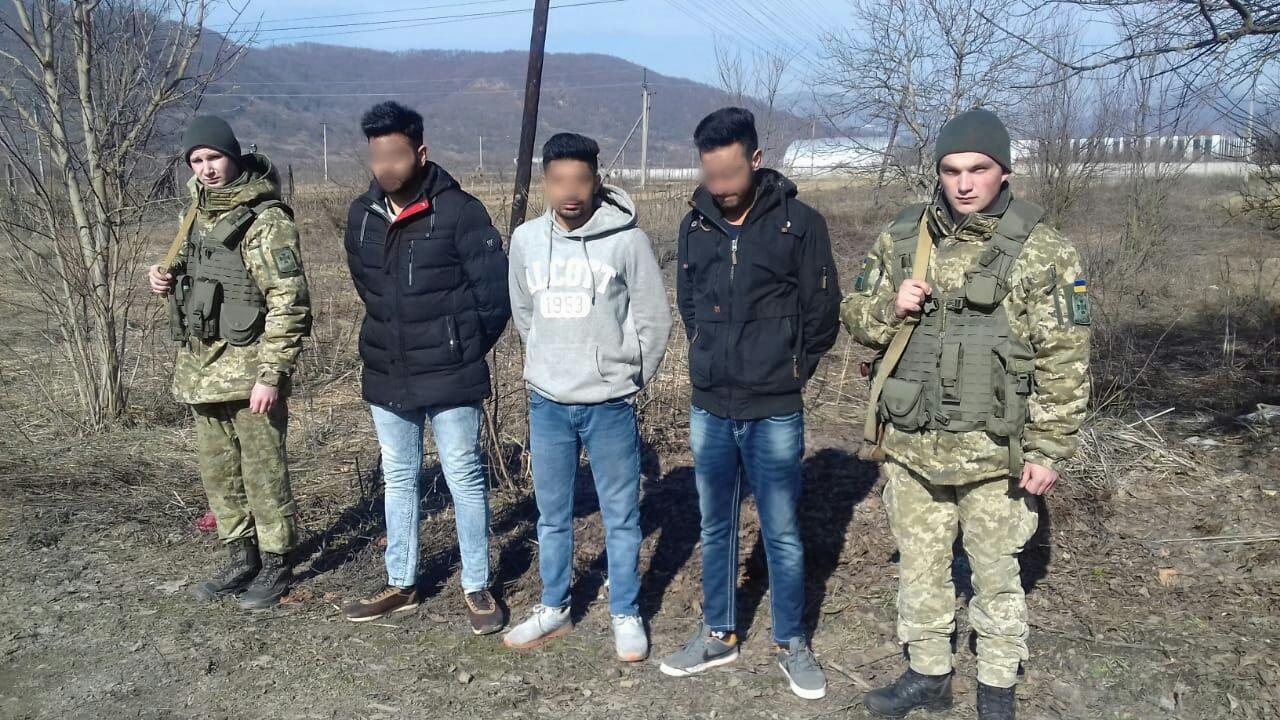 На Закарпатті поблизу кордону затримали трьох іноземців, які намагалися потрапити в Європу