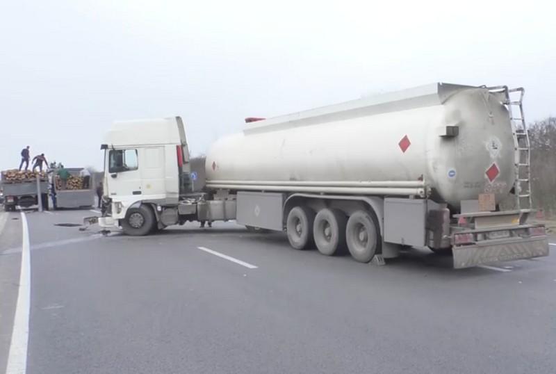 Бензовоз врізався у вантажний автомобіль на трасі Київ-Чоп