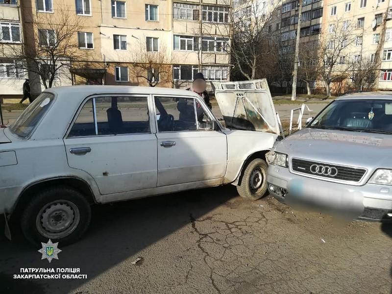 В Ужгороді зіткнулися два авто – ВАЗ та Ауді. Винуватець ДТП здивував поліцейських
