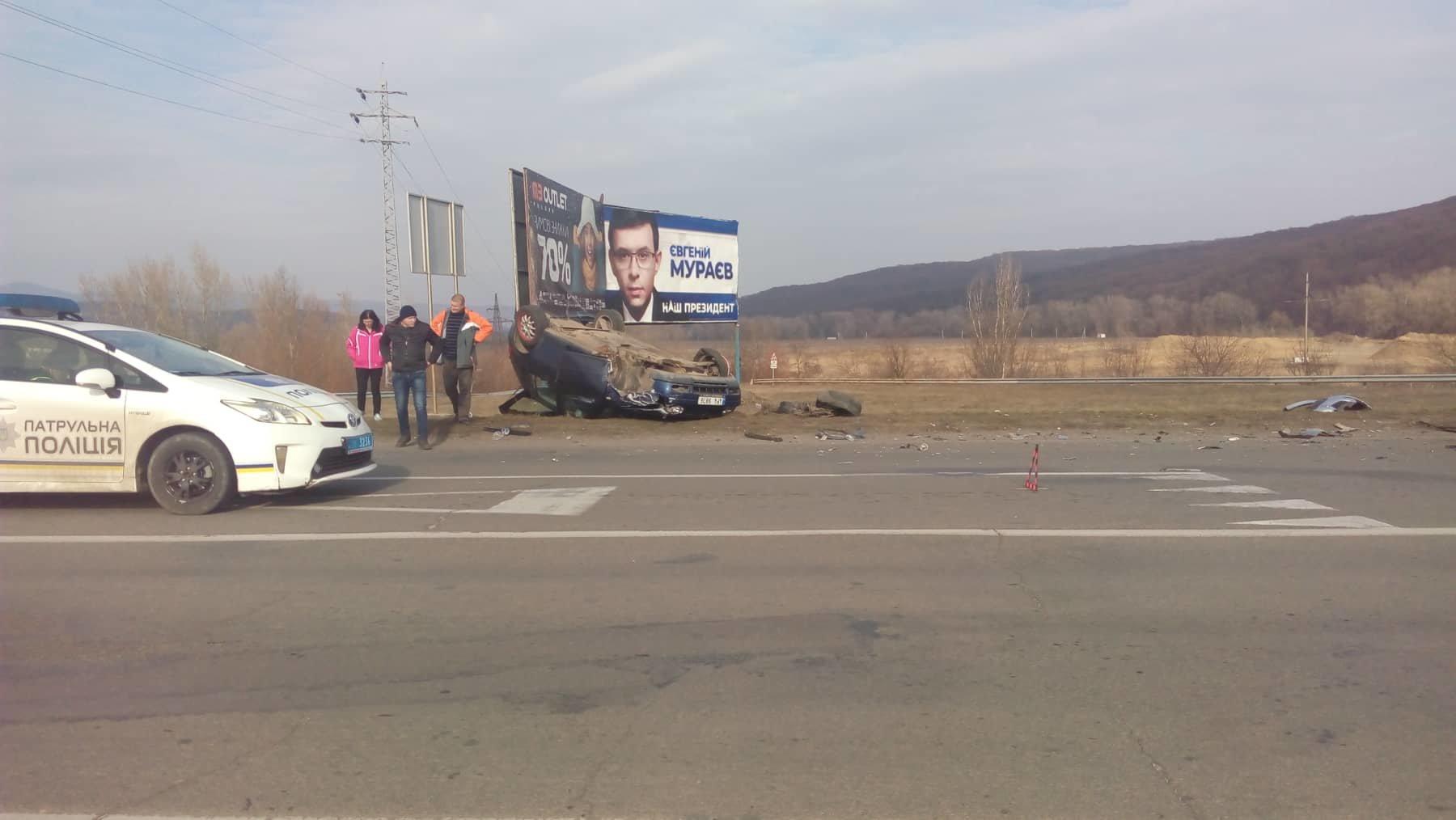 В Ужгороді в результаті ДТП автомобіль перекинувся на дах