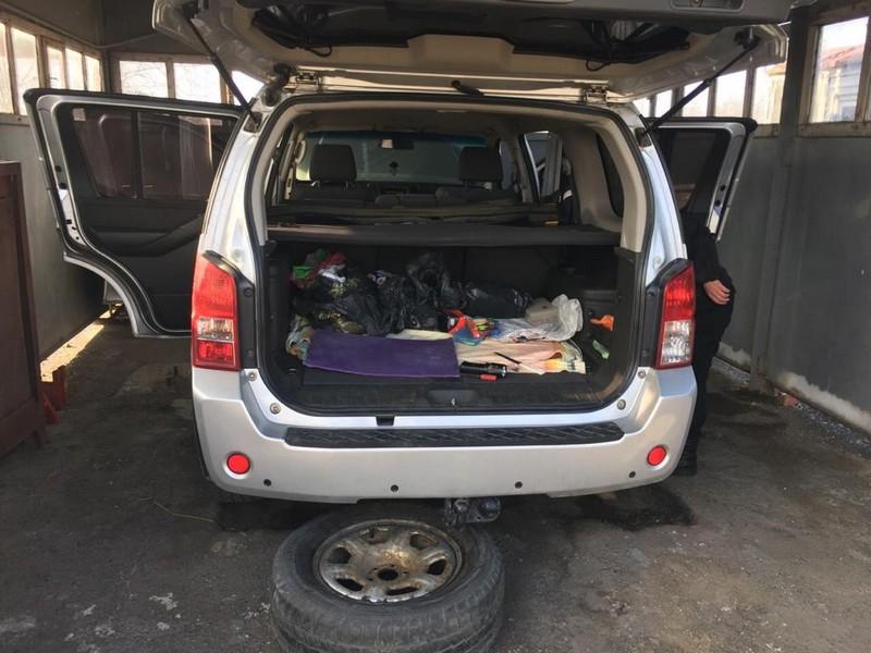 У пункті пропуску Косино українські Митники знайшли 360 пачок цигарок у запасному колесі автомобіля