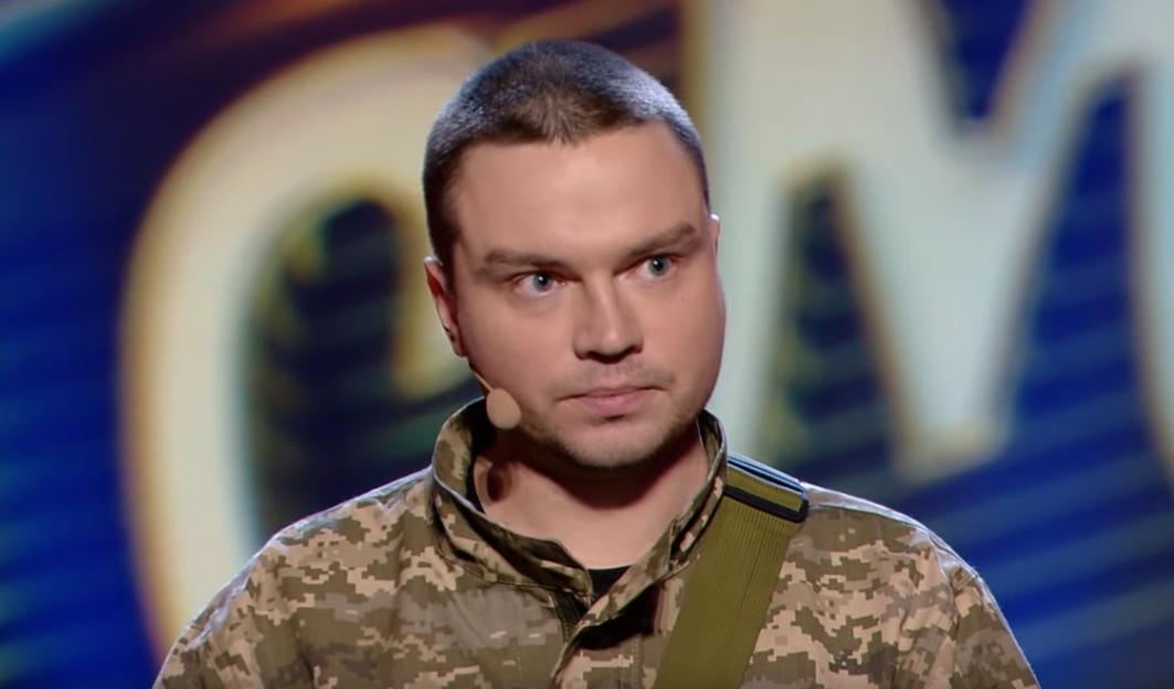"""Микита Семенов, військовий закарпатської 128-ї бригади виступив на """"Лізі сміху"""" і зробив Зеленському подарунок"""