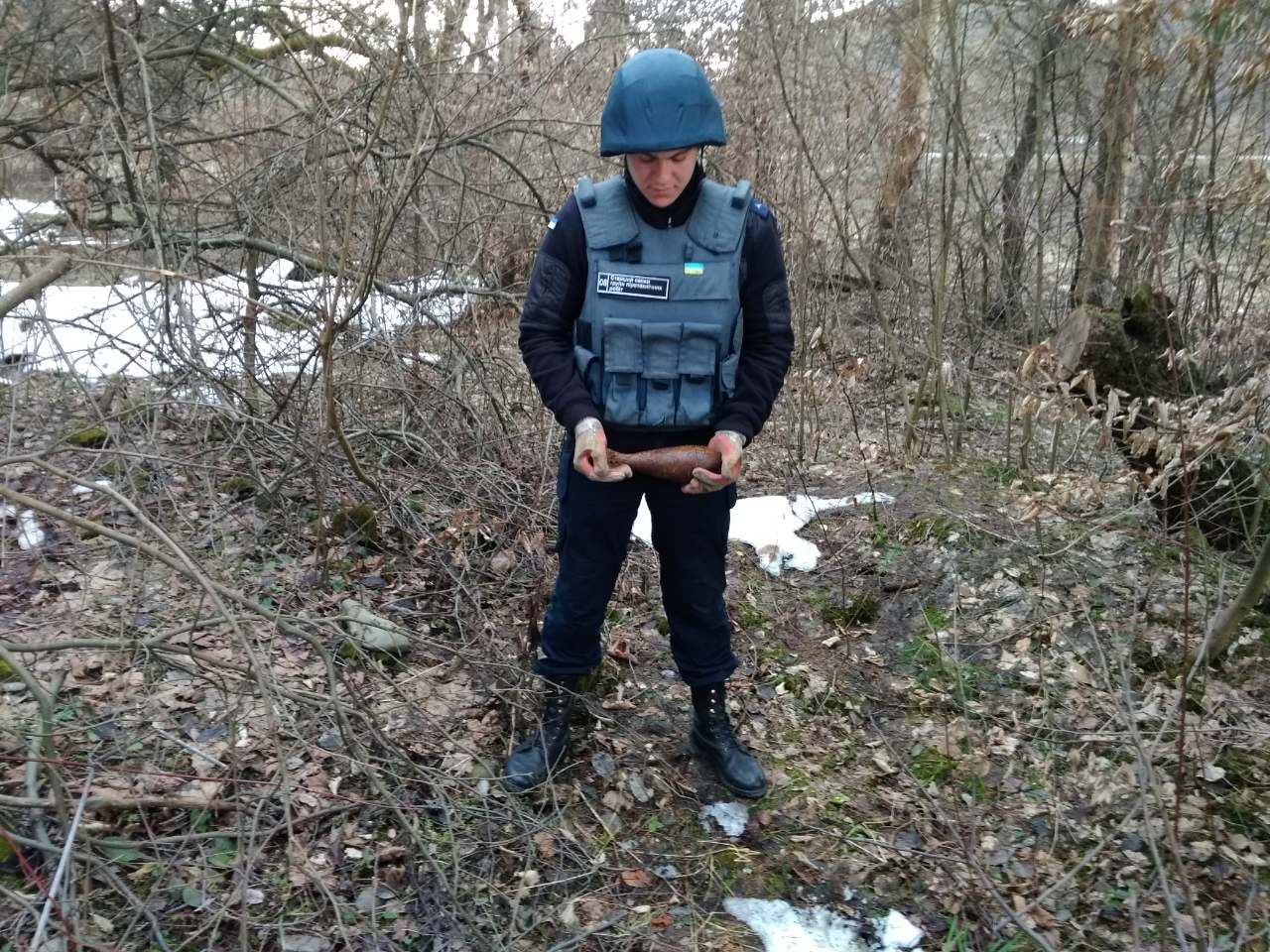 На Великоберезнянщині чоловік під час збирання хмизу знайшов небезпечну знахідку