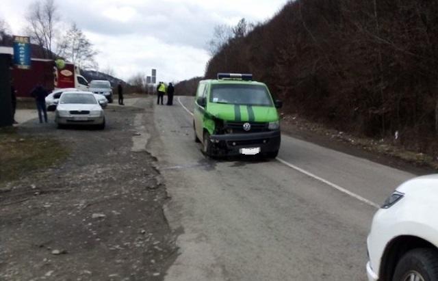 У Малому Березному зіткнулися автомобіль інкасаторів та легковик: одна з машин суттєво пошкоджена