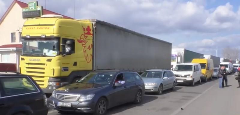 Кілометрові черга на українсько-угорському кордоні: сотні автомобілів застрягли на КПП Чоп