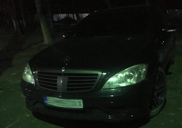 В Ужгороді зранку затримували невідомого на автомобілі Мерседес