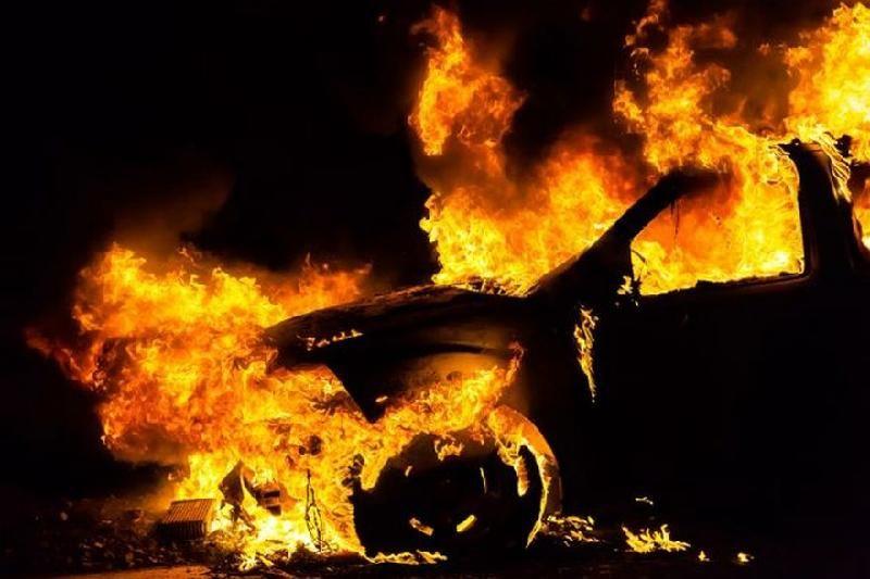 У Мукачеві в мікрорайоні Росвигово вночі горіла машина