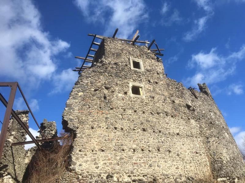 У Невицькому замку впав дах вежі: відео з місця події