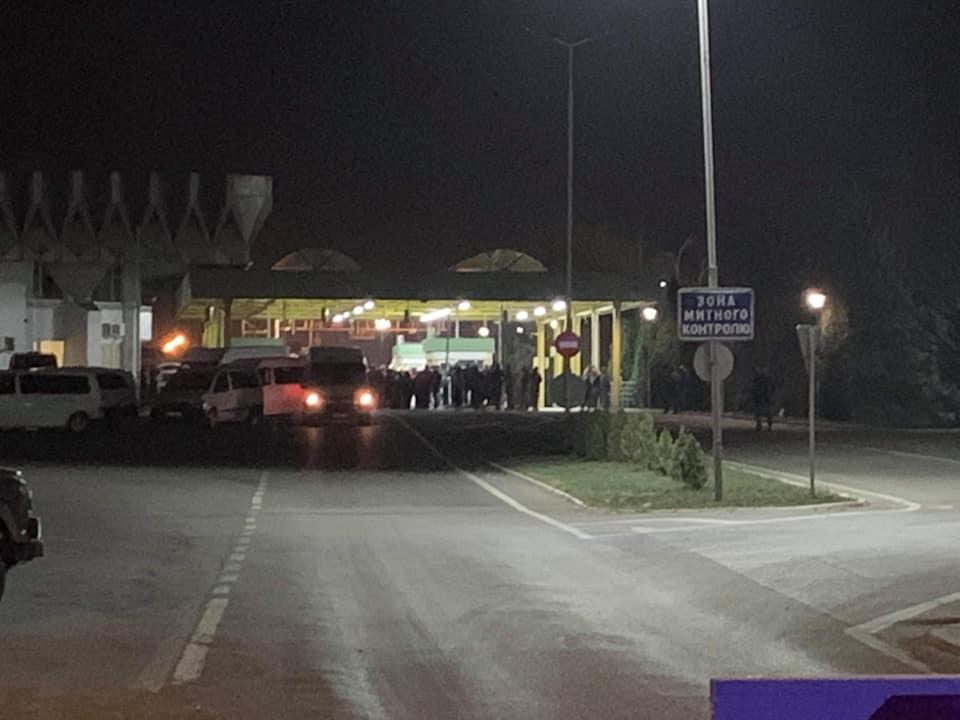 """Вночі на на пункті пропуску """"Тиса"""" в Чопі відбувся конфлікт між пасажирами бусів та митниками"""