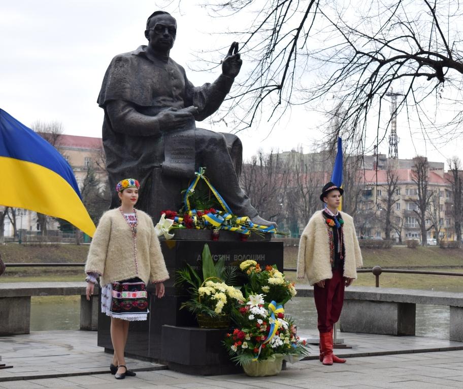 В Ужгороді урочисто поклали квіти до пам'ятника Президенту Карпатської України, Герою України Августину Волошину