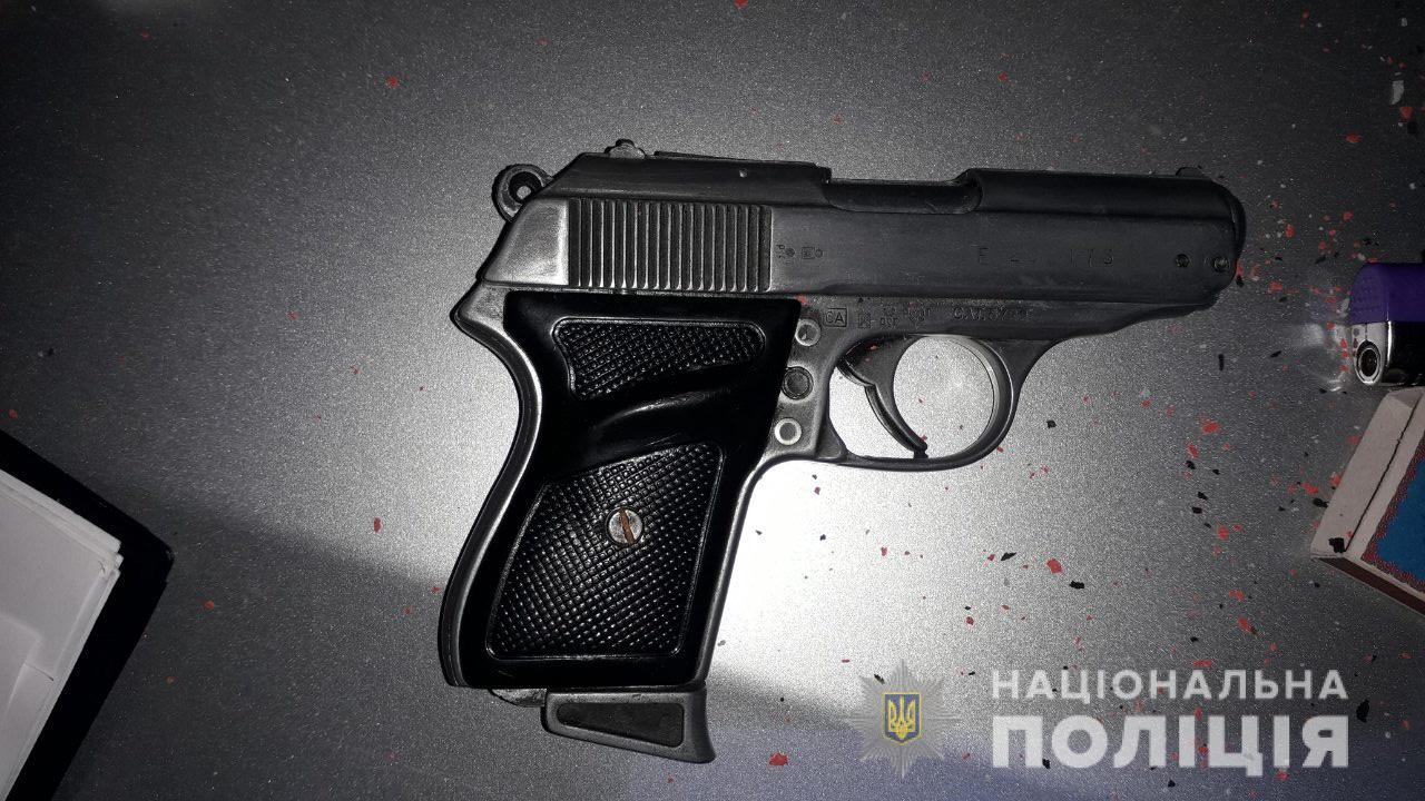 У селі Залужжя, що на Мукачівщині, зупинили автомобіль. В одного з пасажирів знайшли пістолет