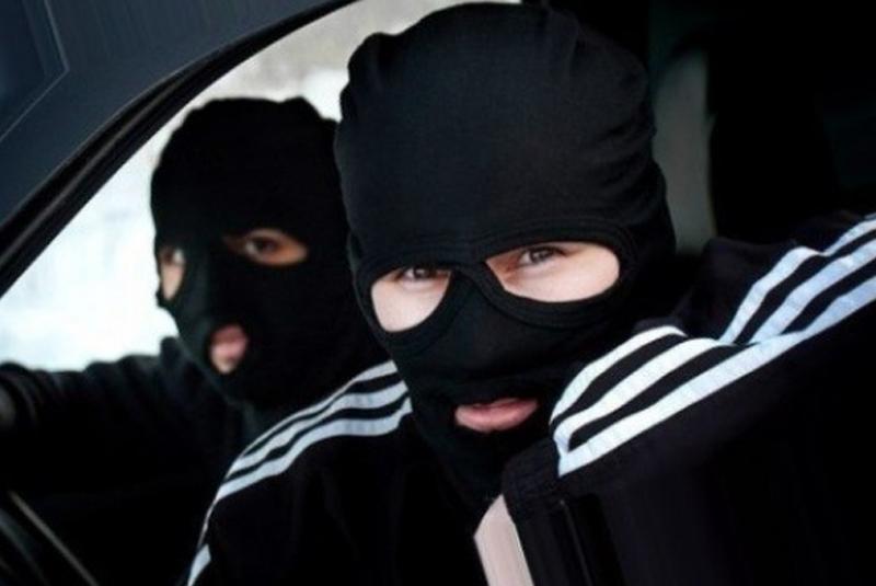 Розбій у Мукачеві: озброєні зловмисники увірвалися в офіс на вулиці Індустріальній і вкрали 200 тисяч