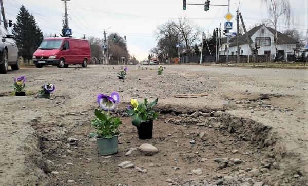 Геннадій Москаль емоційно відреагував на акцію з квітами, яку провели у Виноградові