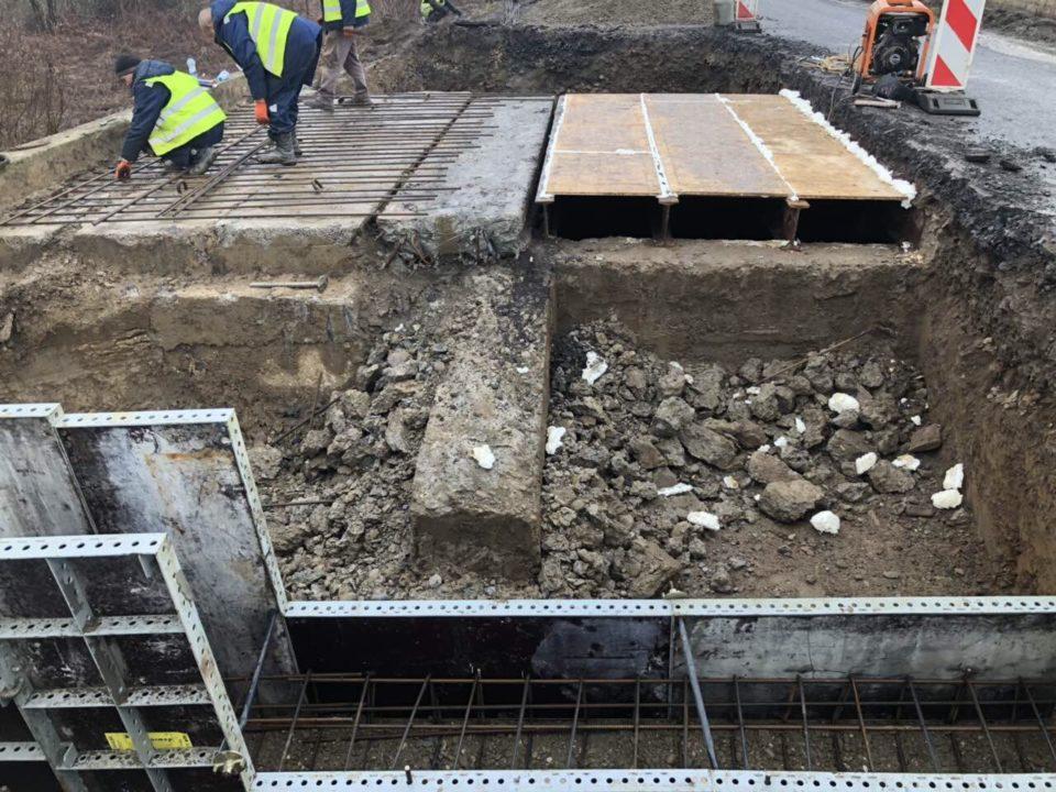 На Мукачівщині між селами Страбичово і Чомонин ремонтують міст