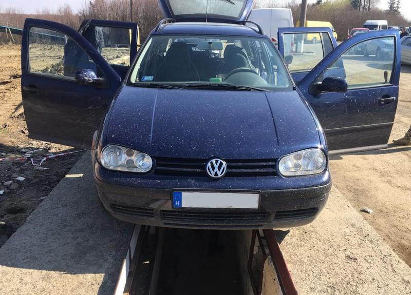 В автомобілі «Volkswagen» прикордонники знайшли приховані сигарети
