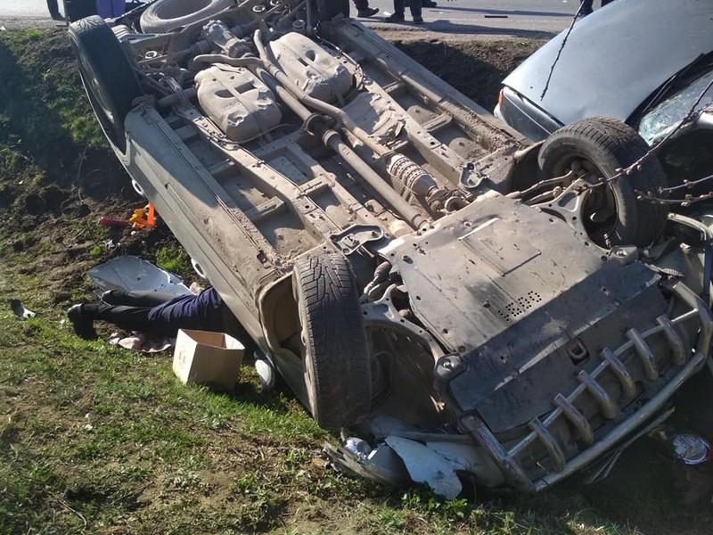 У мережі показали, як у Ракошині сьогодні очевидці аварії витягували людей із понівеченого авто