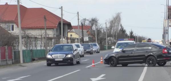 Аварія у Барвінку: чоловік пошкодив новеньке авто