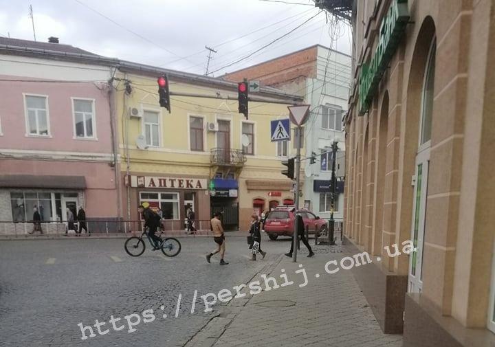 У центрі Мукачева, на вулиці Валенберга, розгулював чоловік в одних трусах