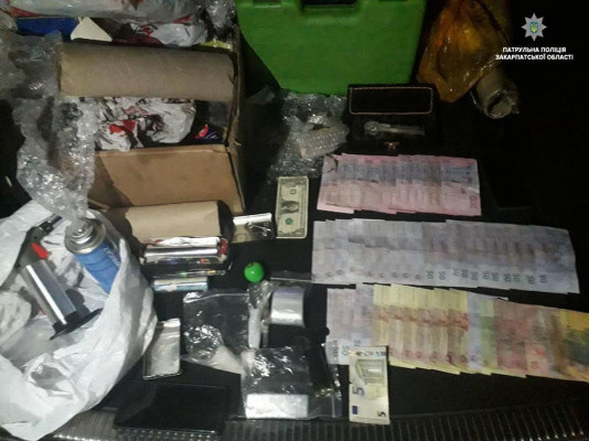 В Ужгороді патрульні затримали чоловіків, які, ймовірно, виготовляли наркотики