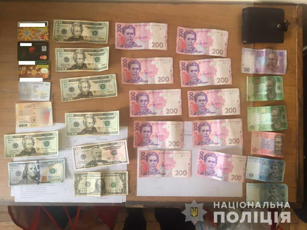 Поліція Мукачева затримала жінку, яка вкрала з аптеки гаманець із 9 тисячами грн