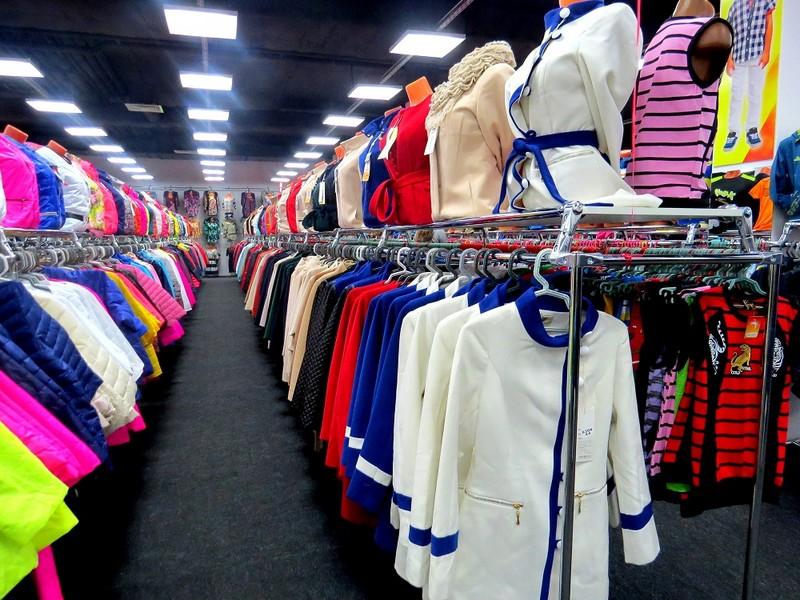 Модний лук до Великодня, який побачили у вітрині магазину в Ужгороді, шокував українок
