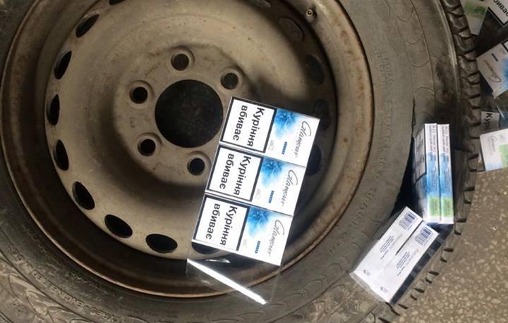 Закарпатські митники вилучили в українця колесо, вщерть запаковане цигарками