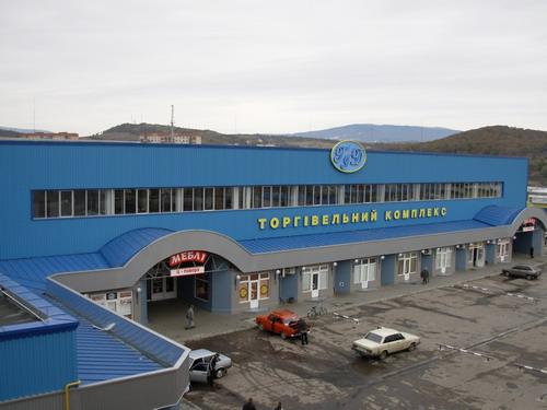 """На ринку """"ГІД"""" у Мукачеві поспіхом закривають торгові точки, аби встигнути на вибори"""