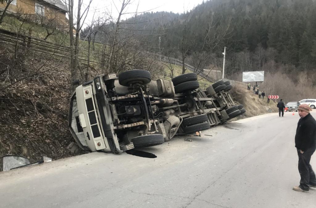 У селищі Ясіня перекинулась вантажівка, яка перевозила пиломатеріали