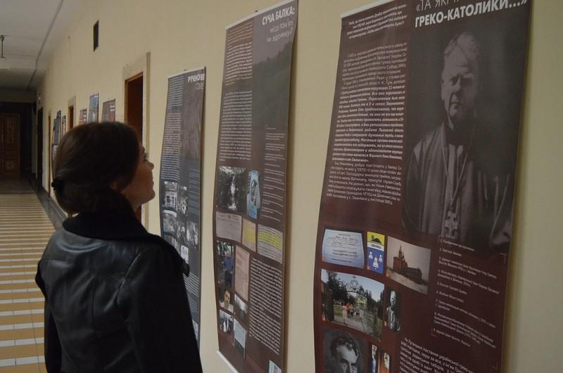 В атріумі Закарпатської облдержадміністрації відкрилася виставка «Донбас: переPROчитання образу»