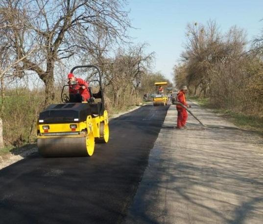 В Ужгородському районі цими днями ремонтують дорогу, що веде до кордону зі Словаччиною