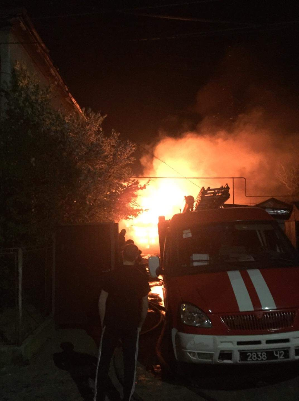 Стали відомими подробиці нічної пожежі у гаражах на вулиці Одеській у Мукачеві