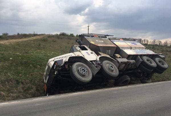 На Закарпатті біля села Онок перекинулася автівка з небезпечним вантажем