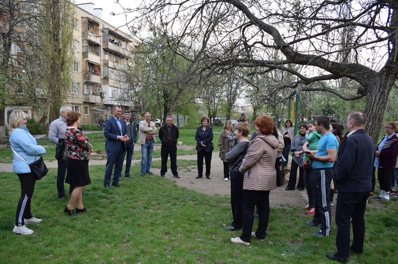 Мер Ужгорода зустрівся з мешканцями однієї з п'ятиповерхівок на вулиці Заньковецької
