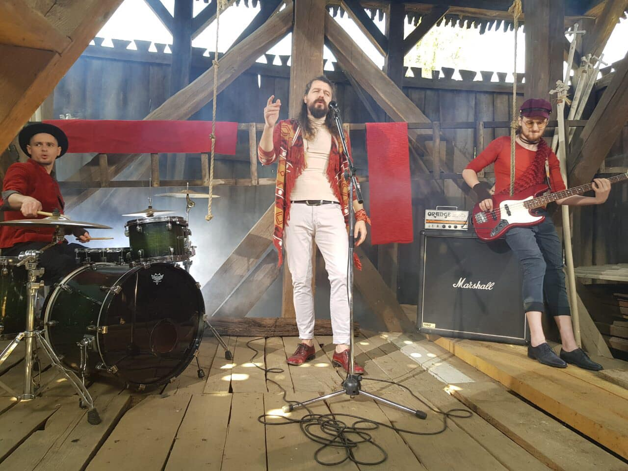 """Гурт """"Рокаш"""" презентував кліп на пісню """"До вівтаря"""", знятий в унікальній церкві села Сокирниця"""