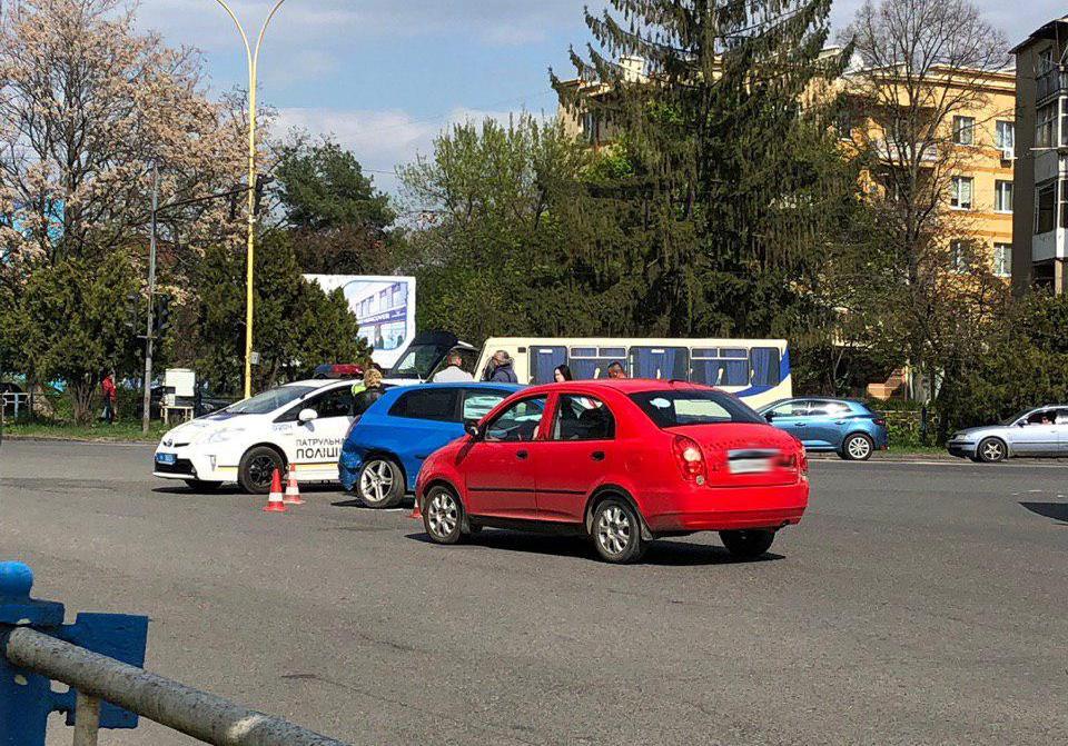 На проспекті Свободи в Ужгороді зіткнулись два автомобілі