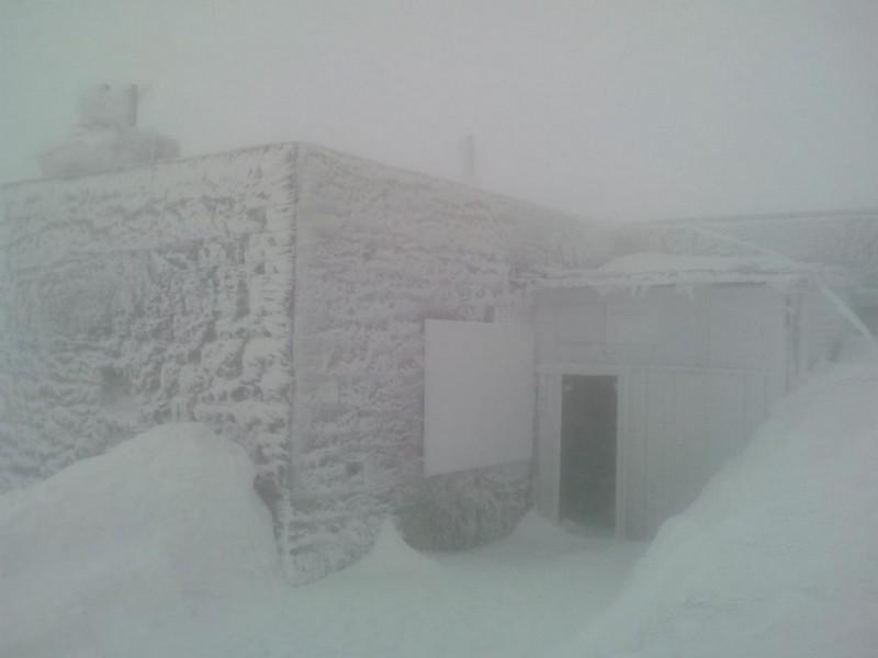 Гору Піп Іван, що на межі Закарпатської й Івано-Франківської областей, 12 квітня замітало снігом