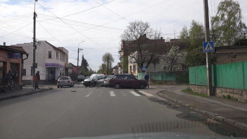 На вулиці Берчені в Ужгороді сталась потрійна ДТП
