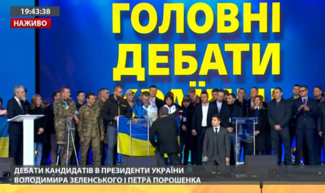 Володимир Зеленський і Петро Порошенко стали на коліна на дебатах