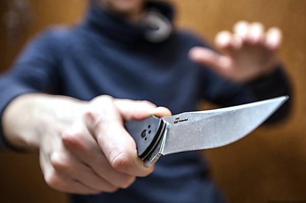 Невідомий наніс ножові поранення лікарю на ринку в Берегові